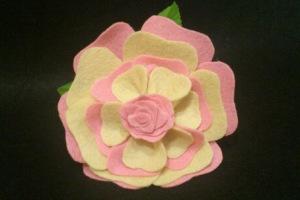 Elegante flor de flamenca de fieltro de diferentes colores y diseños